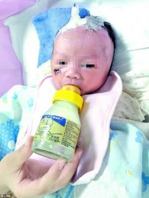 Bị mẹ ném từ tầng 5, bé sơ sinh vẫn sống sót kì diệu