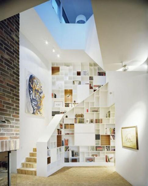 Biến khu vực quanh cầu thang thành tủ sách