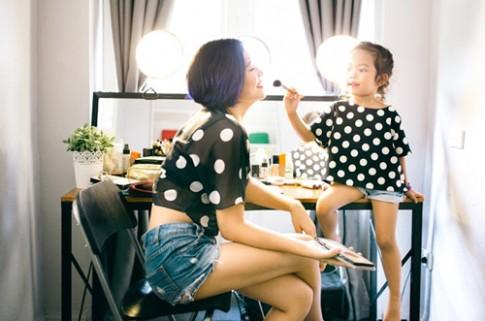 Bộ ảnh mẹ và con gái cùng trang điểm cực dễ thương