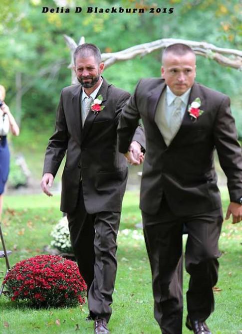 Bố dừng đám cưới con gái để mời bố dượng cùng tham gia