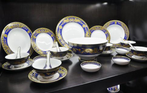 Bộ sưu tập đồ dùng cao cấp trên bàn ăn