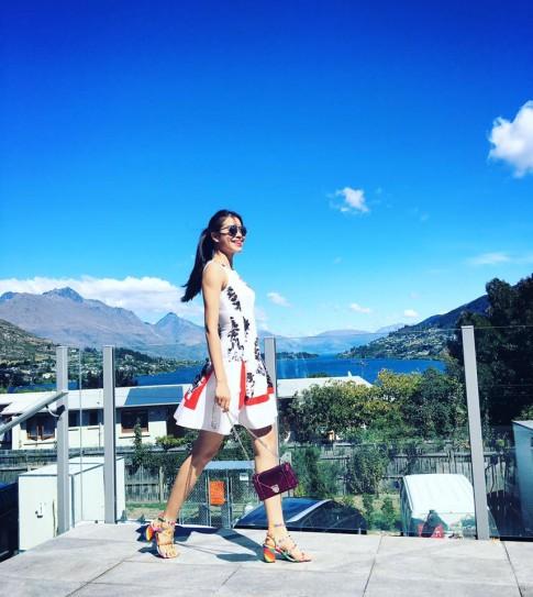Bóc giá phụ kiện xinh yêu của Phạm Hương tại New Zealand