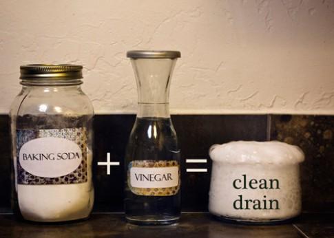 Bồn cầu sạch bong trong 7 phút bằng giấm và muối nở