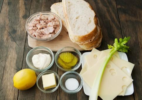 Bữa sáng 10 phút bánh mì kẹp cá ngừ