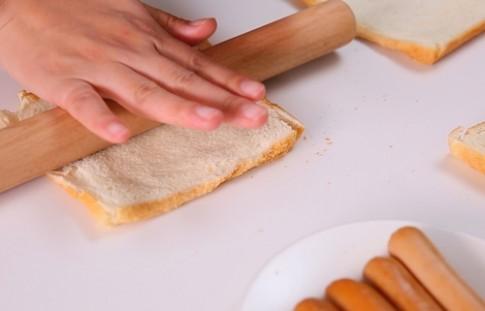 Bữa sáng nhanh gọn với sandwich cuộn xúc xích