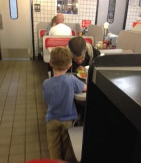 Cảm động bé trai xin tiền mẹ mua bữa ăn cho người vô gia cư