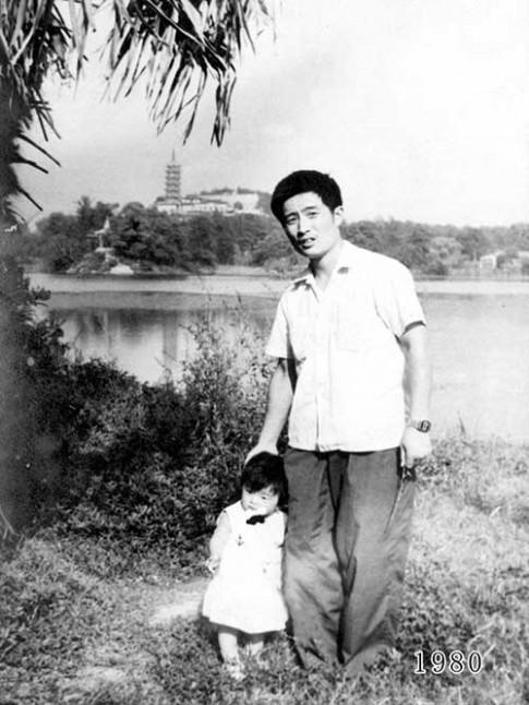 Cảm động cha và con gái chụp ảnh cùng một chỗ suốt 35 năm