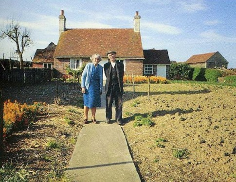 Cảm động đôi vợ chồng già cùng nhau trồng vườn hoa