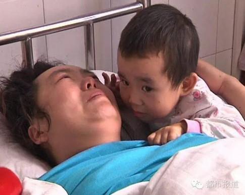 Cảm động em bé 3 tuổi một mình chăm mẹ ốm