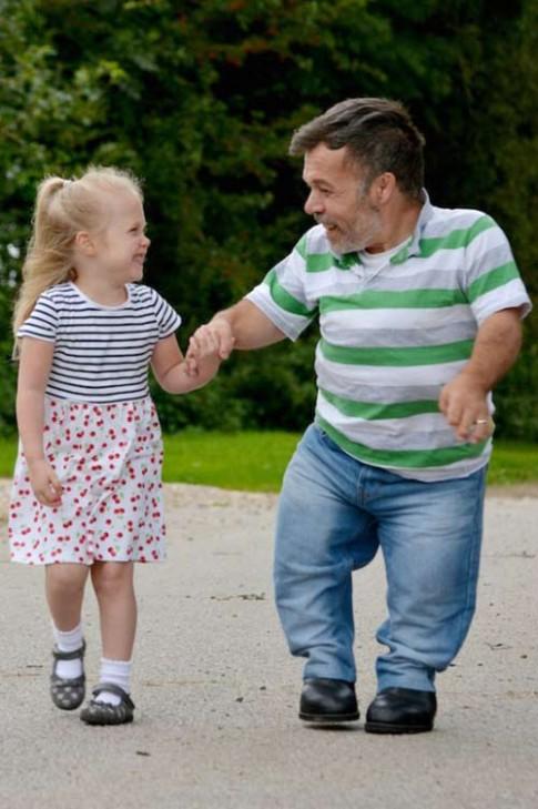 Cảm động hình ảnh bé gái 4 tuổi chăm sóc cha cao 1m