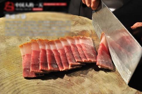 Cận cảnh quy trình làm thịt xông khói Trung Quốc