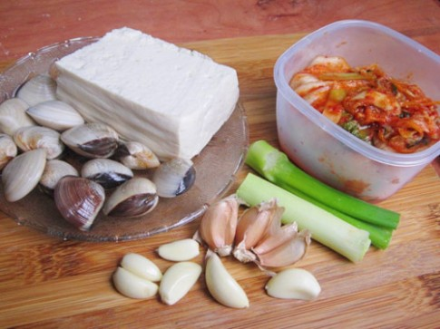 Canh kim chi nấu ngao đậu nóng hổi