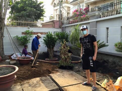 Cao Thái Sơn quần đùi dép lê sửa sang vườn nhà
