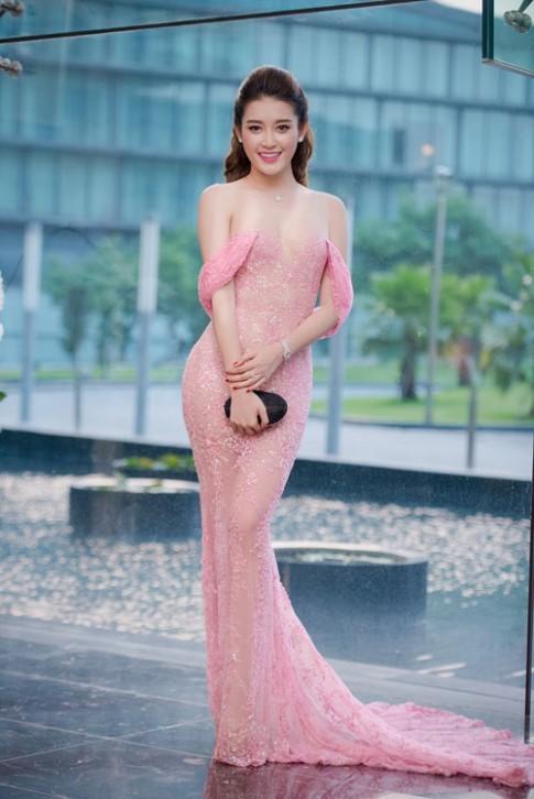 Chấm điểm váy áo của 2 Á hậu hot nhất Vbiz