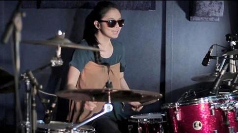 Chân dung cô gái xinh đẹp chơi trống hút hàng triệu lượt xem