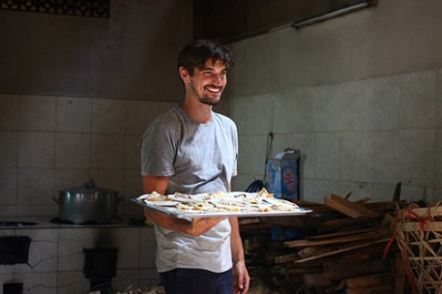 Chàng trai Hà Lan làm bánh pancake tặng trẻ nghèo