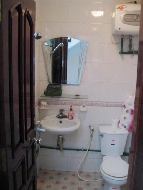 Chàng Úc choáng với nhà vệ sinh kiểu Việt Nam