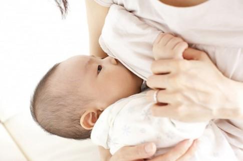 Cho con bú mẹ tốt hơn hút sữa ti bình nhiều!