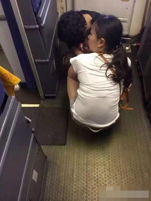 Choáng váng ảnh mẹ cho con đại tiện ngay trên sàn máy bay