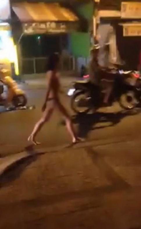Chồng bỏ vì rạn da, vợ khoả thân khóc trên phố Sài Gòn