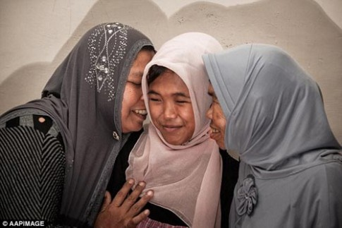 Cô bé Indonesia bị sóng thần cuốn trở về sau 10 năm
