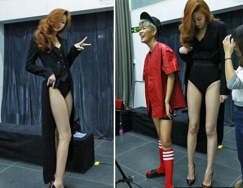 Cô gái 20 tuổi nổi tiếng nhờ đôi chân siêu dài