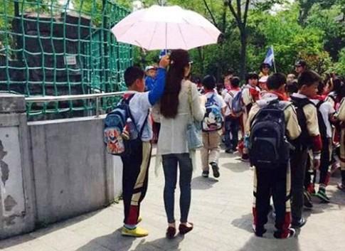 Cô giáo trẻ sợ nắng, bắt học sinh cầm ô gây phẫn nộ