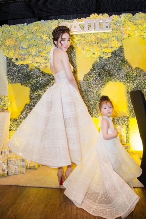 Con gái Elly Trần đeo túi hiệu nhỏ xinh trong tiệc sinh nhật