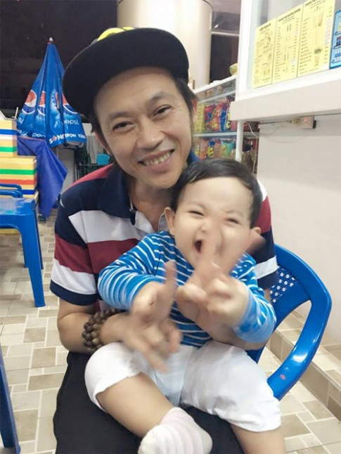 Con trai Khánh Thi cười tít mắt khi được Hoài Linh bế