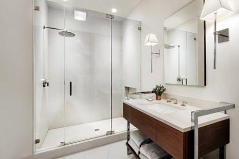 Cửa kính trong suốt giúp phòng tắm thoáng đãng