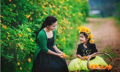 Đẹp ngẩn ngơ ảnh mẹ và con gái trên đồi dã quỳ vàng rực