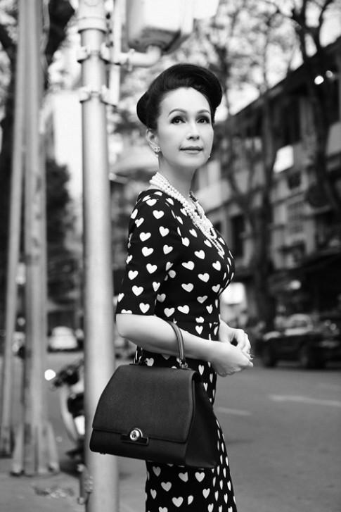 Diễm My 6X dạo phố với gu thời trang cổ điển