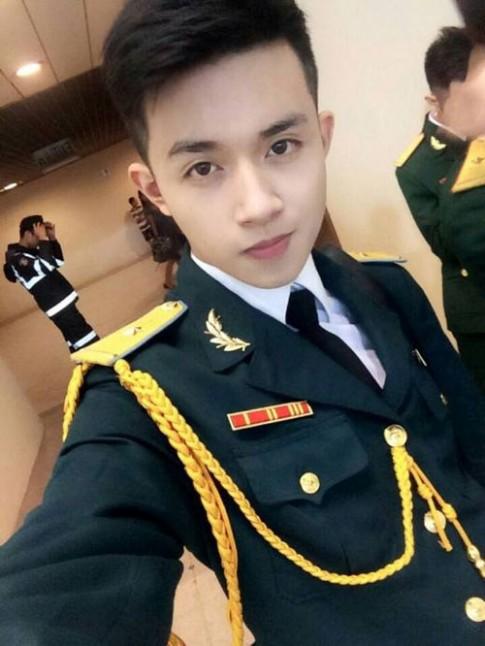 'Đứng hình' trước vẻ đẹp trai của 'soái ca' mặc quân phục
