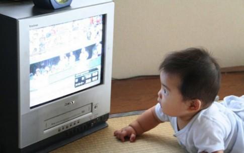 Dưới 2 tuổi xem tivi, lớn học kém