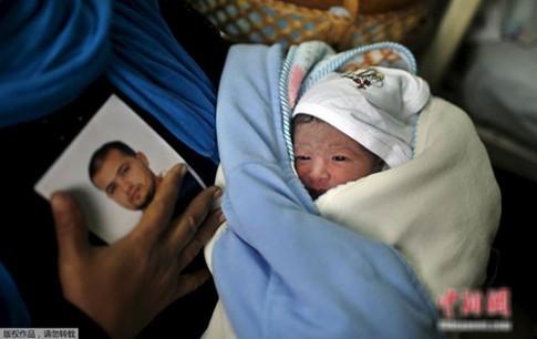 Em bé chào đời từ tinh trùng người cha đang ngồi tù