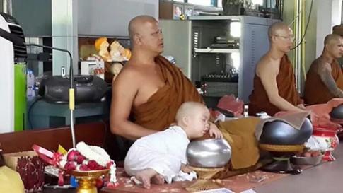 """Em bé Thái Lan """"đốn tim"""" dân mạng vì quá đáng yêu"""