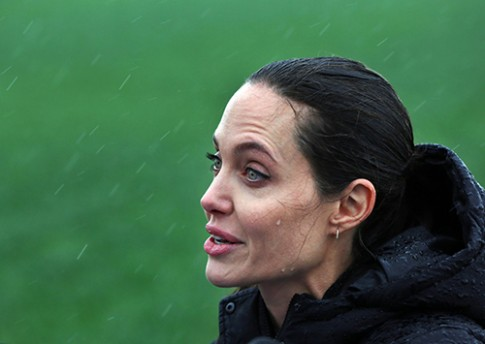 Fan xot xa khi Angelina Jolie ngay cang gay go tieu tuy