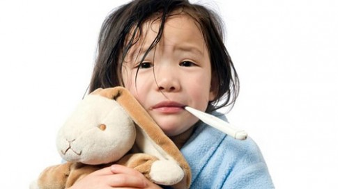 """""""Giật mình"""" với 10 hiểu lầm về sốt ở trẻ em"""