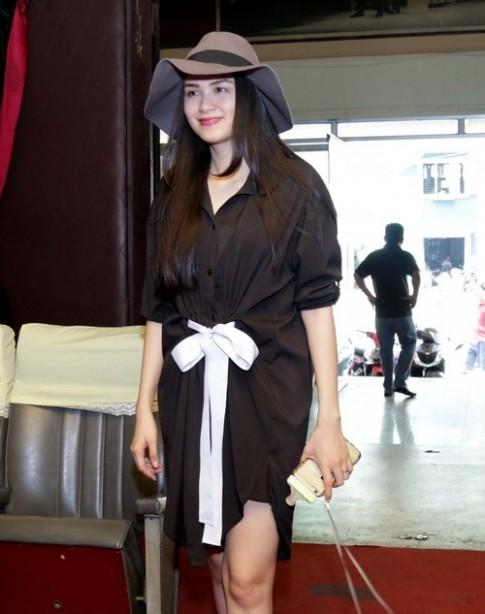 Hoa hậu Diễm Hương lộ mặt mộc đi tập catwalk