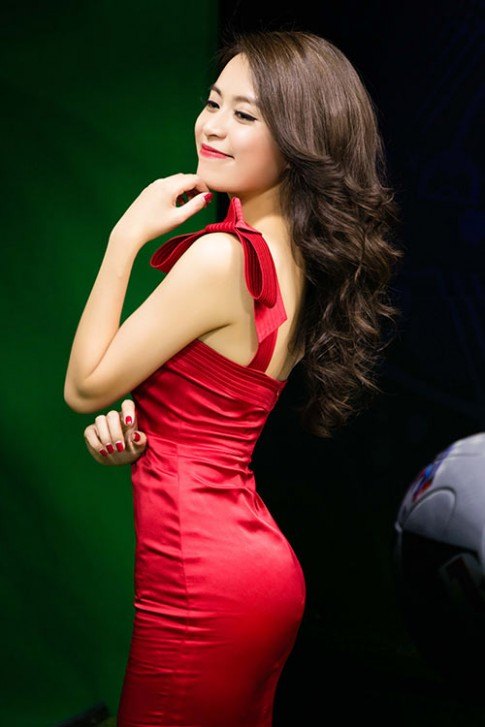 Hoang Thuy Linh goi cam, mot ngay chay show 4 su kien