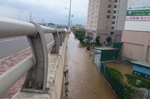 Hơn 1 ngày sau trận mưa kỷ lục, Hà Nội vẫn ngập nặng