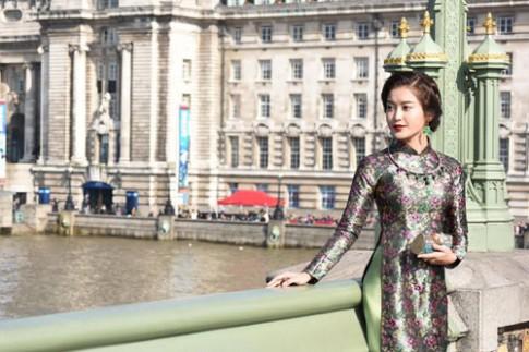 Huyền My khoe eo thon trong trang phục áo dài giữa London