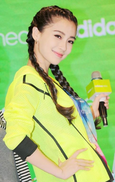 Huỳnh Hiểu Minh làm trợ lý đưa Angela Baby đi sự kiện