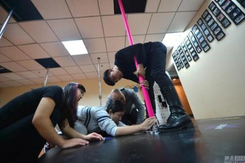 Khi huấn luyện viên dạy múa cột là nam giới