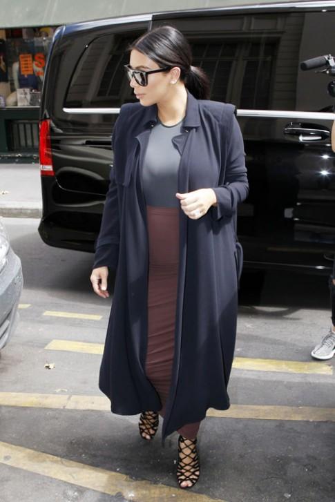 """Kim """"siêu vòng 3"""" bị chỉ trích vì mặc váy quá bó khi có bầu"""