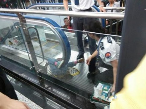Kinh hoàng: Một em bé ở TQ chết do tai nạn thang cuốn
