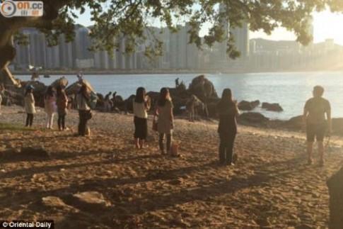 Kỳ quặc: Phụ nữ Hong Kong nhìn thẳng vào mặt trời để làm đẹp
