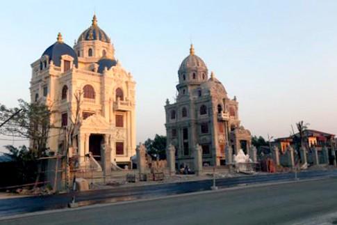 Lâu đài song sinh Ninh Bình dát vàng nội thất