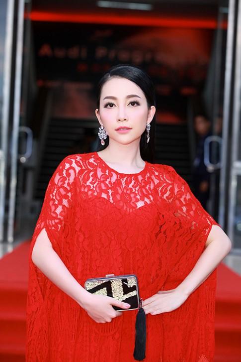 Linh Nga khoe sắc với váy tua rua đỏ rực
