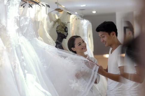 Linh Phi thử áo cưới bồng bềnh như mây